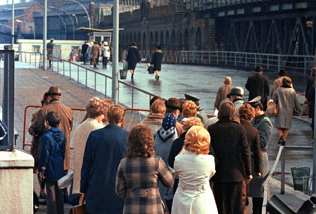 Встреча жителей Восточного и Западного Берлина во время краткосрочного открытия пропускных пунктов. 1972 год