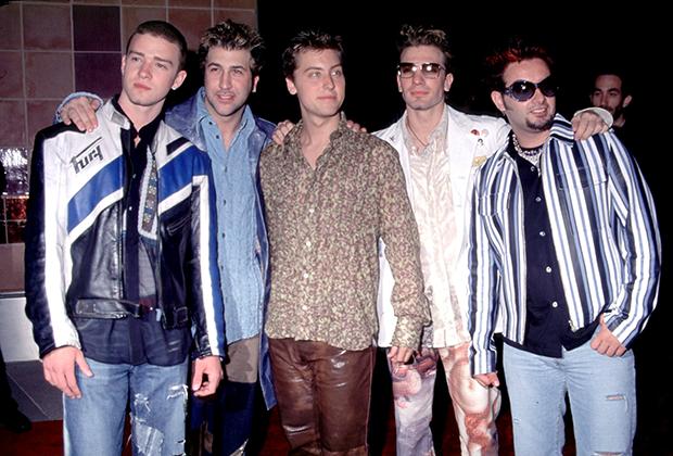 Поп-группы —настоящий феномен XXI века. Девушки всего мира на рубеже веков сходили с ума по парням из Five, Backstreet Boys и 'N Sync (на фото). По ним можно изучать историю моды тех лет. В начале 2000-х в моде были спортивные кожаные куртки, полосатые рубашки и деним.