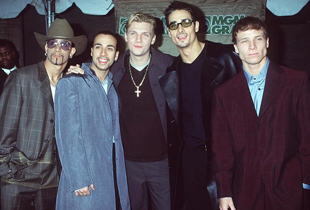 Если 'N Sync проповедовали более мальчиковый стиль, то Backstreet Boys старались выглядеть взрослее и брутальнее. В их гардеробе можно было найти пиджаки, кожу, свитера и водолазки.