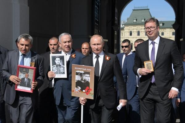 Президент России Владимир Путин, премьер-министр Израиля Биньямин Нетаньяху (второй слева) и президент республики Сербии Александр Вучич (справа)
