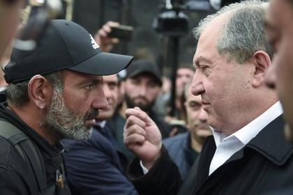Избранный премьер-министр Армении Никол Пашинян (слева) и президент Армен Саркисян (справа)