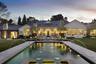 Канье Уэст и Ким Кардашьян купили особняк в калифорнийском районе Хидден Хиллс в 2014 году, но переехали недавно — ремонтные работы растянулись на три года. На обустройство Канье потратил около 40 миллионов долларов — вдвое больше, чем стоила недвижимость.