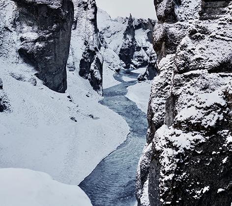 Каньон Фьядрарглйуфур, южное побережье Исландии. Они думают, что это одно из мест, где живут эльфы. Исследование, проведенное Университетом Исландии, показало, что 620 из 1000 опрошенных исландцев искренне верят в существование «скрытых жителей»— эльфов. Некоторые даже объединились с экологами, чтобы призвать власти страны отказаться от строительства автомобильной магистрали, которая может навредить сказочным существам.