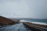 """Поток туристов начинается в мае и заканчивается в сентябре. Именно в летние месяцы в Исландии особенно тепло: температура в среднем поднимается до 15 градусов, а иногда даже светит солнце. Местные уверяли, что в зависимости от сезона пейзажи и атмосфера страны меняются до неузнаваемости. Поэтому после летнего путешествия, историю которого «Лента.ру» <a href=""""https://lenta.ru/articles/2018/05/02/iceland/"""" target=""""_blank"""">публиковала</a> в апреле, мы решили проверить, что же творится в Исландии зимой."""
