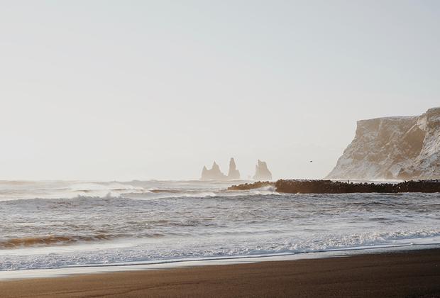 Помимо черного гравия на пляже расположились вулканические валуны. По легенде, эти валуны когда-то были троллями, которые не успели спрятаться от солнечных лучей и окаменели.