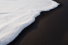 Черный пляж в городе Вик. Во время извержения вулкана черная лава стекала в океан, остывала, а затем в течение долгих лет вода измельчала ее в мелкие гравий и песок. Это место входит в первую десятку лучших пляжей мира, а американский журнал «Острова» назвал его самым красивым на земле.