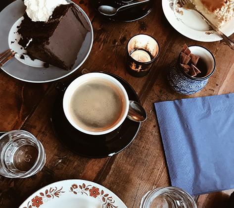 В Исландии практически нет национальных блюд (за исключением мяса тухлой акулы). То же самое касается сладостей. Раньше, например, даже яблоки ввозились в страну только на Рождество. Моряки рисковали жизнью, чтобы доставить фрукты в изолированные деревни к сочельнику и порадовать детей в праздник.
