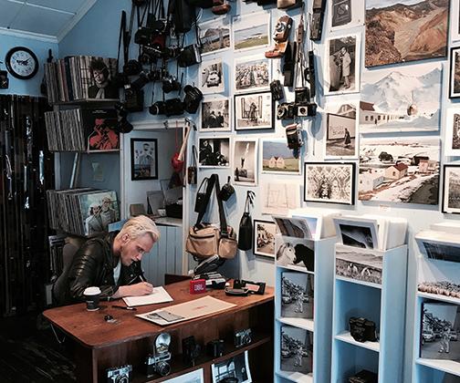 Исландцы любят искусство во всех формах и очень гордятся произведениями своих соотечественников. У каждого из них, помимо основной работы, есть творческое хобби. Чем бы ни занимались исландцы, будь то живопись, музыка или ювелирный дизайн, вдохновение они черпают в родной природе, поэтому зачастую в их шедеврах отсутствует утонченность европейского вкуса.