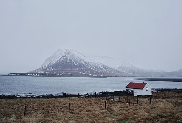 Исландцы любят уединение. Внутреннее спокойствие и гармония с окружающим миром — один из главных критериев счастья, по мнению среднестатистического исландца.   Проезжая по трассе номер 1, опоясывающей остров, постоянно натыкаешься на одиноко стоящие дома. Хозяева могут часами сидеть на террасе в своих мыслях и смотреть на горы и океан. Они ведут размеренную жизнь, многие занимаются разведением лошадей и овец, а по выходным выбираются в ближайший город, расстояние до которого в среднем составляет 20 километров.  Коупавогюр, Хабнарфьордюр и Акюрейри — самые крупные города Исландии помимо Рейкьявика.