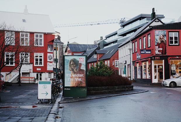 Несмотря на то что 90 процентов исландцев говорят на английском как на родном, к своему языку они относятся с особым трепетом. Самые старые из сохранившихся текстов на исландском датируются примерно 1100 годом, а самые известные из них — это исландские саги. «Если мы потеряем наш язык — мы потеряем себя», — считает президент Гвюдни Йоуханнессон.