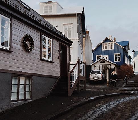 """В 2016 году в датской газете Metroxpress появилась статья о том, как письмо без адреса и имени, но с нарисованной от руки картой местности и подробным описанием получателей дошло до тех, кому предназначалось. Туристы, которые провели отпуск на ферме у исландцев, настолько впечатлились их гостеприимством, что решили письменно поблагодарить хозяев, но вспомнить их имена не смогли.  «Я работала в продовольственном магазине, когда меня остановила женщина-почтальон из местного почтового отделения, — рассказала жительница городка Будардалура Ребекка Остенфельд.— Она подбежала ко мне и сказала: """"Это может быть только для тебя. Никто больше не получает таких смешных штук""""».  «Страна: Исландия. Город: Будардалур. Имя: Лошадиная ферма исландско-датской пары с тремя детьми и большим стадом овец!» — было написано на конверте."""