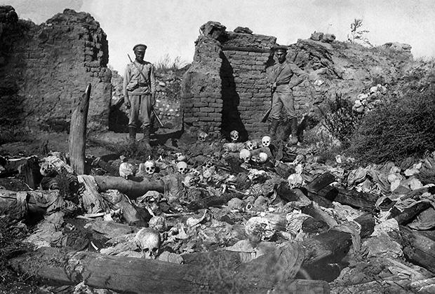 Солдаты стоят над останками жертв геноцида, заживо сожженных турками в армянской деревне Шейхалан в долине Муш, на Кавказском фронте во время Первой мировой войны. Западная Армения, 1915 год