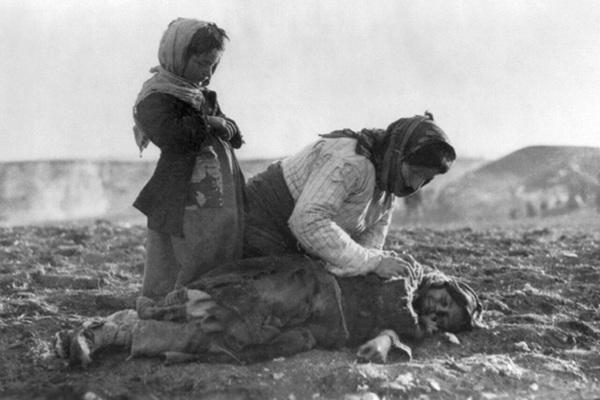 Армянская женщина и ее дети во время депортации в сирийскую пустыню