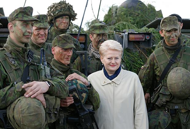 Президент Литвы Даля Грибаускайте во время военных учений Saber Strike на военной базе Рукла