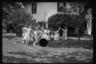 Дети на заднем дворе. Фотография Карла Миданса.