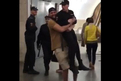 Хулиган, пронесший наруках сотрудника Росгвардии вметро столицы, попал навидео