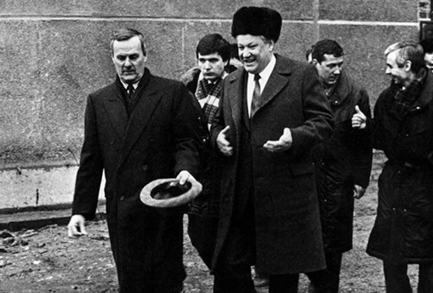 Анатолий Собчак и президент России Борис Ельцин во время посещения Кировского завода