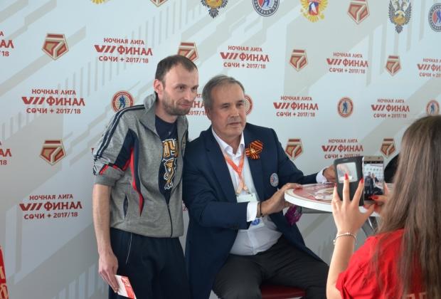 Сочинец Юрий и хоккеист Сергей Бабинов (справа)