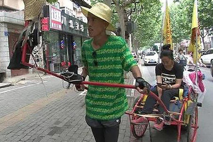Китаец тысячу километров вез девушку на тележке ради свадьбы