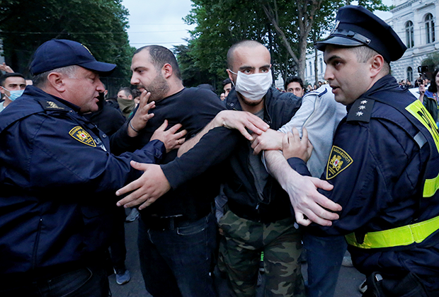 Сотрудники полиции преграждают дорогу правым активистам, пришедшим к месту митинга