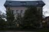 Трехэтажное желтое здание Санкт-Петербургского специнтерната должно было стать гостиницей для туристов, а не приютом для инвалидов и пенсионеров, освобожденных из мест лишения свободы. В учреждении живут десятки человек, но со стороны кажется, что жизни здесь нет: пустой двор за острым забором из чугунных кольев, слепые окна и тишина.