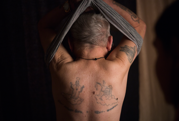 Форточник Евгений Афанасьев демонстрирует тюремные татуировки