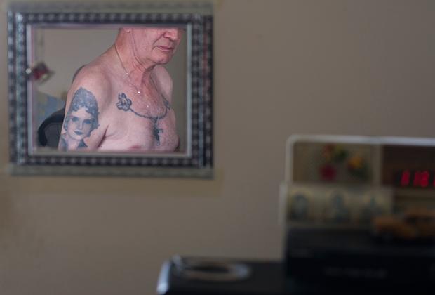 Сергей попал в специнтернат 11 лет назад после двух инсультов. У него семь судимостей, все его сроки вкратце можно охарактеризовать словосочетанием «украл — выпил — в тюрьму».