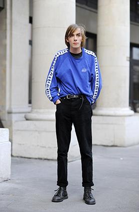 Мастер-класс по правильному ношению подворотов от модели Джо Скилтона после показа Paul Smith на Парижской неделе моды 2015 года. В случае с высокими ботинками подворот должен проходить по их внешнему краю, а носки не могут быть видны.