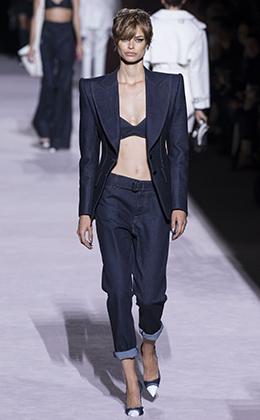 Вслед за мужчинами подворачивать брюки и джинсы начали и девушки. Тройной подворот на показе Tom Ford во время недели моды в Нью-Йорке в сентябре 2017 года.