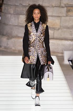 Экстремально небрежный подворот от Louis Vuitton во время Парижской недели моды осенью 2017 года.