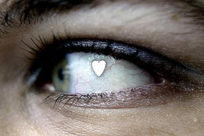 Люди начали вживлять куски металла в глаза для красоты
