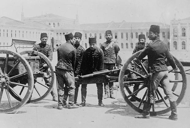 Младотурки стремились вернуть рассыпающейся Османской империи ее былое величие. Однако достичь этого им не удалось. На время их правления пришлись четыре большие войны, в которые была втянута Турция, в трех из них она потерпела сокрушительное поражение. Так, в 1912-м Османская империя уступила Италии Триполитанию. Сразу после этого страна оказалась в состоянии войны с Грецией, Сербией и Болгарией. Их нападение стало для турецкого правительства полной неожиданностью.  <br><br> По условиям Лондонского мира Османская империя лишилась всех своих европейских владений, за исключением Стамбула и небольшой части Фракии. К слову, в настоящее время европейская часть Турции занимает лишь три процента от всей территории страны.