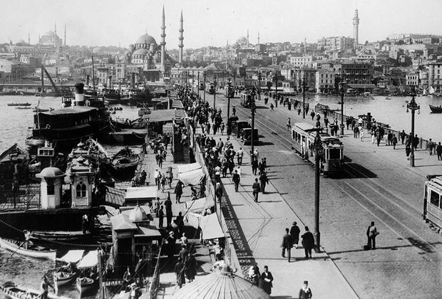 После победы над оккупантами султан Мехмед VI бежал за границу, а парламент принял закон (1 ноября 1922 года) об упразднении султаната. Еще через год, 29 октября 1923 года, Турция была провозглашена республикой. Ататюрк стал первым президентом страны, рьяно взявшимся за построение нового государства. Суть его реформ, которые многие посчитали слишком радикальными, заключалась в насаждении большинства западных ценностей в турецком обществе. Ислам перестал быть государственной религией Турции, страна становилась светской, учреждался однопалатный парламент (меджлис).  <br><br> Выдвинутая им идеология — кемализм — до сих пор считается официальной идеологией Турецкой Республики. Она включает шесть пунктов, закрепленных в Конституции 1937 года: народность (борьба против классового неравенства и сословных привилегий); республиканизм; национализм (идеал национального государства, патриотически воспитывающего своих граждан, отличается от расового национализма); светскость; этатизм (построение смешанной экономики при лидирующей роли государства); реформизм.  <br><br> Контуры, по которым Кемаль решил выстроить новую Турцию, впоследствии вдохновили Адольфа Гитлера. Фюрер нацистской Германии решил создавать Третий рейх по тем же канонам, что и отец современной турецкой нации.