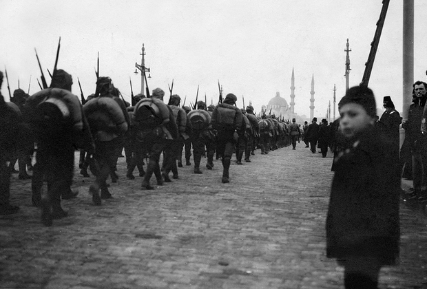 С конца 1913 года вся власть сконцентрировалась в руках трех младотурецких лидеров: Энвер-паши, Талаат-паши и Джемаль-паши. Султан вовсе лишился своего влияния и был отстранен от какого-либо участия в политике. <br><br> Летом 1914 года, соблазнившись на обещания немецких властей вернуть Османской империи былые территории, Турция оказалась втянутой в Первую мировую войну. Султан Мехмед V был категорически против участия в войне с Антантой на стороне Германии и Австро-Венгрии. Новые военные действия не принесли Османской империи ничего, кроме новых территориальных потерь.