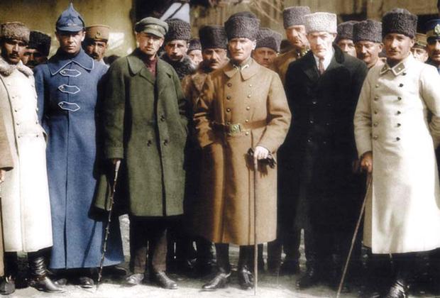 Ататюрк поддерживал активные контакты с советским руководством, которое оказывало Турции военную и финансовую помощь в борьбе с греческими и французскими оккупантами. В Москве надеялись, что в Турции дело дойдет до социалистической революции. <br><br> Однако мечты советского руководства не сбылись. Еще одну попытку предприняли новые власти во главе с Иосифом Сталиным в 1945 году. После Постдамской конференции он отправил к берегам Дарданелл военные корабли, собираясь отхватить часть территории Турции — Западную Армению, а также приобрести базы на Средиземном море. Это вызвало серьезную озабоченность западных стран, разведки которых уже начали планировать создание подпольной антикоммунистической организации в республике. <br><br> Турция стала одной из стран, получивших большую финансовую помощь в рамках американского плана Маршалла. Анкара и Вашингтон начали активно сотрудничать в военной сфере. В 1947-м ЦРУ получило тайное разрешение на «выращивание вооруженного антикоммунистического подполья» в Турции, так называемой Контргерильи. Подполье исповедовало идеологию праворадикального национализма с элементами воинствующего паносманизма. <br><br> В 1953 году Турция вступила в НАТО, став одним из основных союзников США в альянсе.