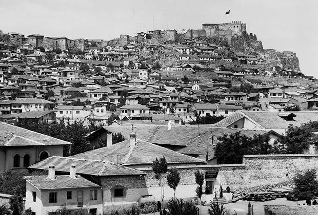 13 октября 1923 года столица Турции была перенесена из Стамбула в Анкару (прежнее название Ангора). Это делалось для начала эффективной борьбы с коррупцией, которая была большой проблемой Османской империи. В 1934 году было решено отменить все титулы старого режима и заменить их обращениями «господин» и «госпожа». Новая Турция отказалась от османского алфавита. Этот язык казался тяжелым и искусственным из-за того, что в нем было много заимствований из персидского и арабского языков. Ататюрк решил использовать латинский алфавит, изменив звучание некоторых букв и добавив несколько дополнительных (всего 29 букв).  <br><br> До прихода к власти Мустафы Кемаля в Турции не было фамилий. В 1934 году ему самому присвоили фамилию Ататюрк, что означает «великий турок» или «отец турок». Другим гражданам новорожденной Турецкой Республики брать эту фамилию категорически запретили. <br><br> Некоторые реформы Ататюрка встречали непонимание и сопротивление общества, они воплощались в основном благодаря однопартийной власти кемалистов, а также контролю со стороны военных, действовавшему в стране.