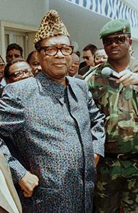 Пестрый абакост, леопардовая шапка-пирожок и очки— неизменный образ Мобуту Сесе Секо на протяжении двух десятилетий. После его свержения и абакост, и вещи из леопарда стали в Демократической Республике Конго признаком дурного вкуса.