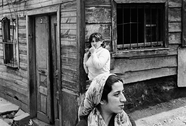 Ататюрк активно занимался женским вопросом. С 1926 по 1934 год в Турции постепенно насаждалось равенство полов. Впервые женщины получили гражданские права, которых у них раньше не было. С 1920 по 1928 год с нуля до 10 процентов выросло число женщин, окончивших университеты. В 1934 году турчанки раньше, чем в большинстве других стран, получили всеобщее избирательное право.