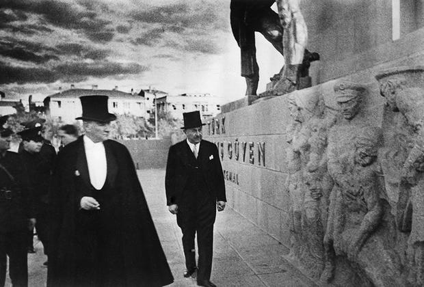 Ататюрк был авторитарным политиком, быстро отказавшимся от экспериментов с многопартийностью, поэтому ему без труда удалось воплотить свои идеи в жизнь и поддерживать их во время своего правления. Его преемник Исмет Иненю (второй президент Турции) допустил демократизацию политического режима, разрешив многопартийность.