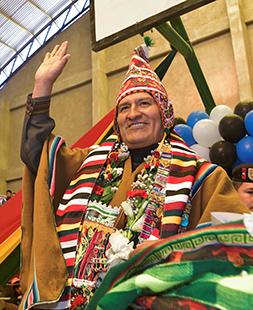 Свитером президент Боливии Эво Моралес подчеркивает свои левые политические взгляды, а пончо и шерстяной шапкой — индейское происхождение.