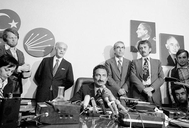 Продолжателем курса реформ Ататюрка считается Народно-республиканская партия Турции (НРП) (на ее флаге изображены шесть стрел — символ кемализма). НРП считается партией аристократов.