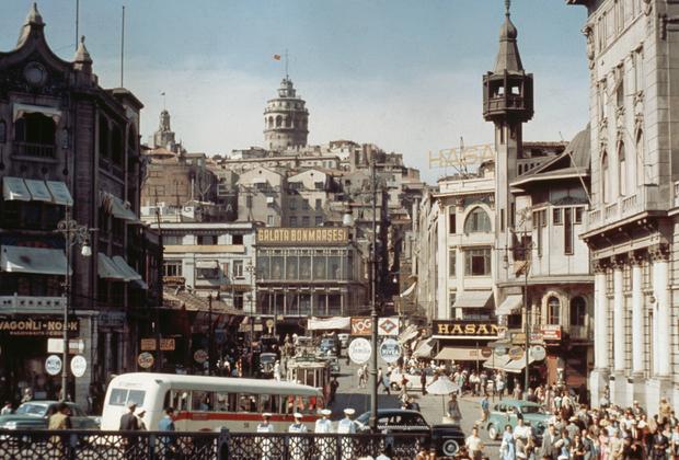 После смерти Ататюрка и до начала ХХI века Турция развивалась в рамках западной светской модели. Военные зорко следили за тем, чтобы страна не начала скатываться к исламизму. Как только власти пытались нарушить принципы кемализма, совершался государственный переворот.