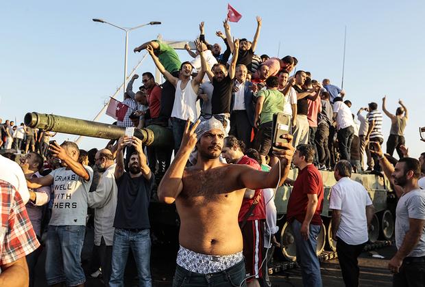 В ночь на 16 июля 2016-го в Турции была совершена попытка путча, получившего в стране название «странный переворот». В результате мятежа погибли 248 человек, еще более 2,7 тысячи получили ранения. Нынешний лидер страны Реджеп Тайип Эрдоган остался у власти. После этих событий в республике прошли массовые чистки в органах власти, спецслужбах, судах, армии, образовательных учреждениях. Всего в Турции были взяты под стражу более 50 тысяч человек, еще 150 тысяч сотрудников различных ведомств уволены или отстранены от исполнения служебных обязанностей. Опальных военных Эрдоган заменил лояльными ему людьми.