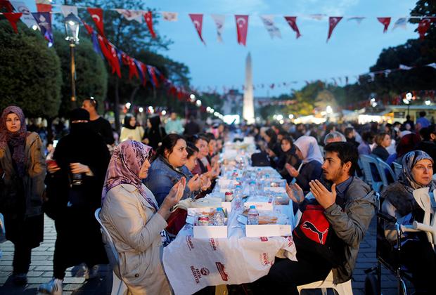 К столетнему юбилею основания республики Турция все больше отходит от заветов создателя современного государства. Возглавляемая Эрдоганом Партия справедливости и развития пришла к власти в Турции с экономическими, а не исламистскими лозунгами. Это позволило им избежать формального преследования со стороны турецких военных.  <br><br> Под руководством ПСР страна медленно сползает к исламизации, при этом делается это под предлогом демократических реформ. К примеру, ПСР инициировала закрытие ларьков с алкоголем и сигаретами, расположенных возле учебных заведений. Это поддержали не только исламисты, но и светская интеллигенция. Затем последовал запрет на продажу спиртного вечером и ночью. А сейчас речь идет уже о создании зон, где алкоголь вообще не продается. <br><br> Меняется и риторика представителей турецкой правящей элиты. Раньше они не позволяли себе исламистских лозунгов на митингах, теперь — другое дело. В стране стремительно растет число школ имам-хатибов, на улицах появляется все больше женщин с покрытой головой.