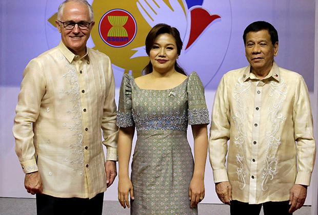 Рубашку баронг регулярно приходится надевать и лидерам других стран, прибывающих на Филиппины с официальными визитами. Президент же страны Родриго Дутерте баронгу практически не изменяет. Во время поездок по стране это простая однотонная рубаха, а в торжественный случаях —богато расшитая.