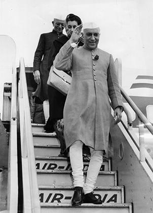 Жакет Неру, который носил сам Джавахарлал Неру, отличался увеличенной длиной и большим количеством пуговиц. В течение многих лет жакет был единственно возможной для лидеров Индии официальной одеждой.
