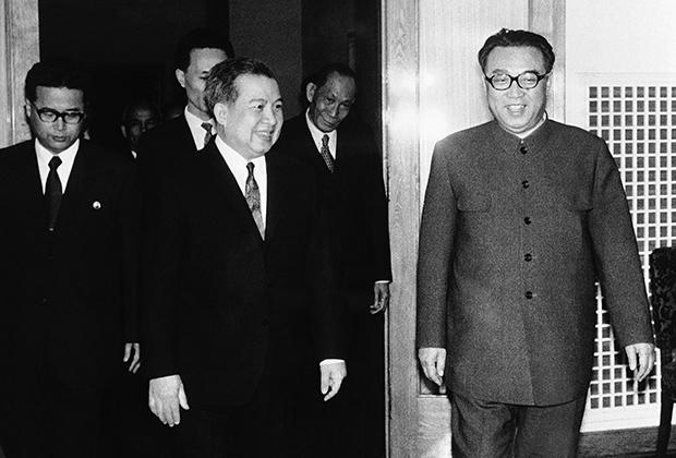 В 1975 году с официальным визитом в Пхеньян прибыли руководители Камбоджи. Все были одеты в европейские костюмы, а вот встречавший их Ким Ир Сен предпочитал френч. Северокорейский френч отличался от китайского наличием всего двух карманов.