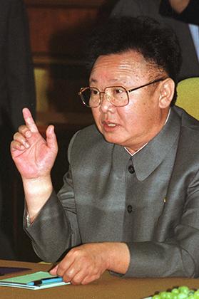 Если Ким Ир Сен часто надевал однобортный костюм, и даже на каноническом рисунке изображен именно в нем, то его сын и наследник Ким Чен Ир вообще не изменял серому корейскому френчу.