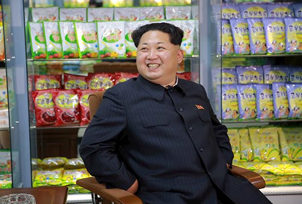Третий представитель династии Кимов первое время тоже носил корейский френч, но, в отличие от отца, предпочитал черный в полоску. Однако в 2018 году Ким Чен Ын, как и дед, стал надевать европейский костюм.