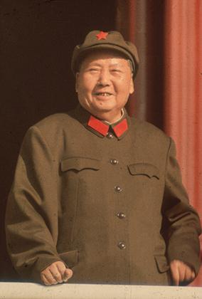 Мао любил одежду Чжуншань и практически не изменял френчу, который со временем стали называть в честь него. Красные нашивки на воротник и неизменная кепка с красной звездой придавали образу диктатора узнаваемости.
